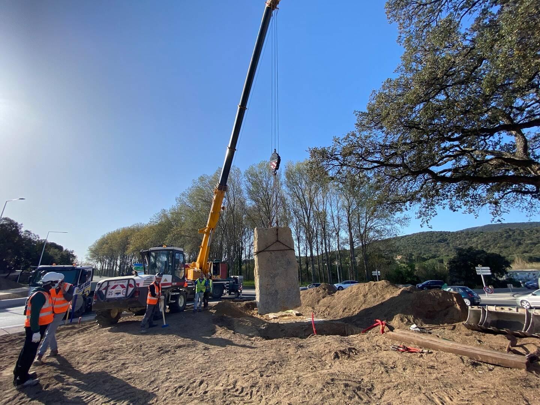 La pierre plantée de plus de dix tonnes a nécessité l'intervention d'un engin spécial de levage.