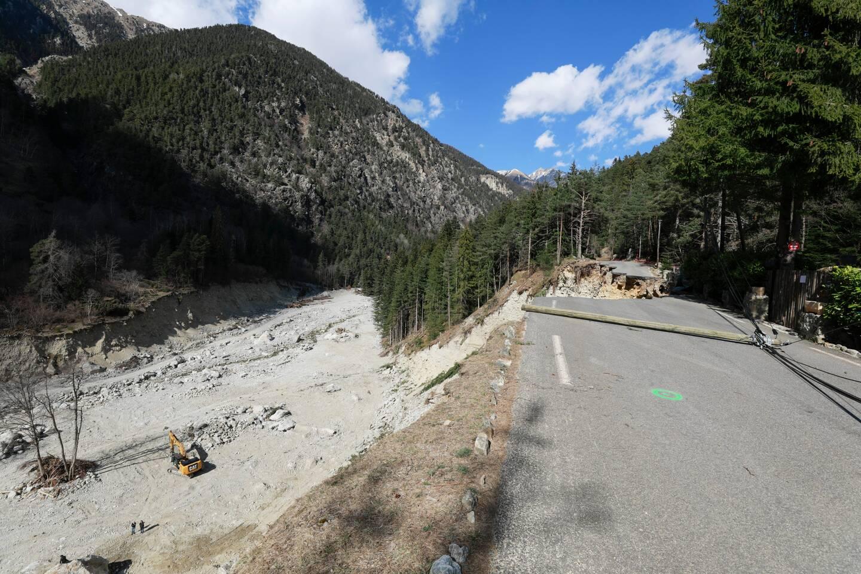La route du Boréon a été coupée par de grandes brèches.