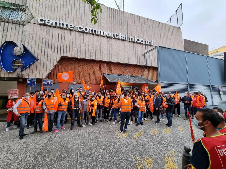 Les employés mobilisés, hier matin, devant Carrefour TNL à Nice.