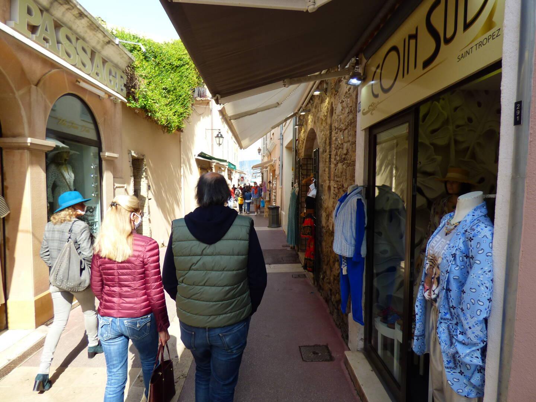 Sorti du marché, les ruelles tropéziennes ont connu une affluence réduite pour un samedi de Pâques.