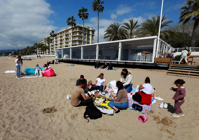 Aux abords de l'Alba plage, la formule à emporter permet aux clients de pique-niquer sur le sable, à défaut de s'attabler en terrasse.