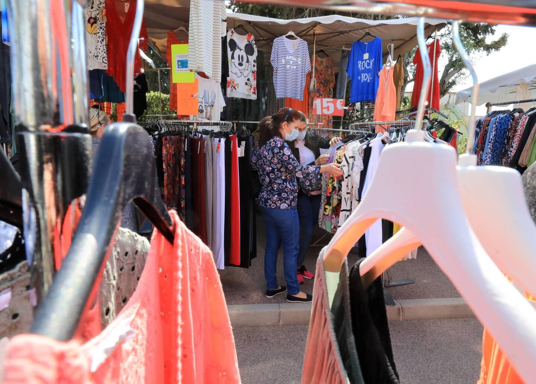 Boulevard des Italiens, le marché s'est tenu lundi matin… avec plusieurs stands vendant du textile.