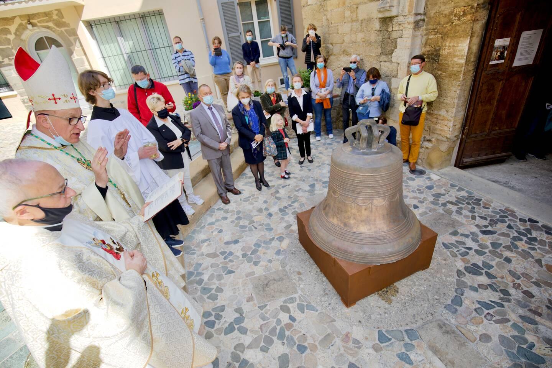 Revenue ces jours derniers à Grimaud et exposée sur le parvis de l'église, la cloche a été bénie par MgrRey.