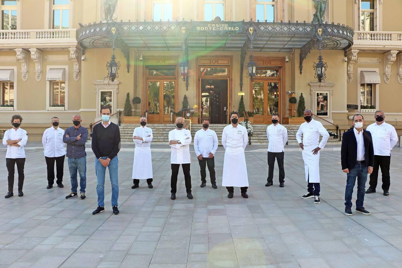 Auteur du chef Philippe Joannès, directeur des événements culinaires de la SBM, les douze chefs mobilisés pour cette opération de solidarité.(Photo Monte Carlo Société des Bains de Mer)