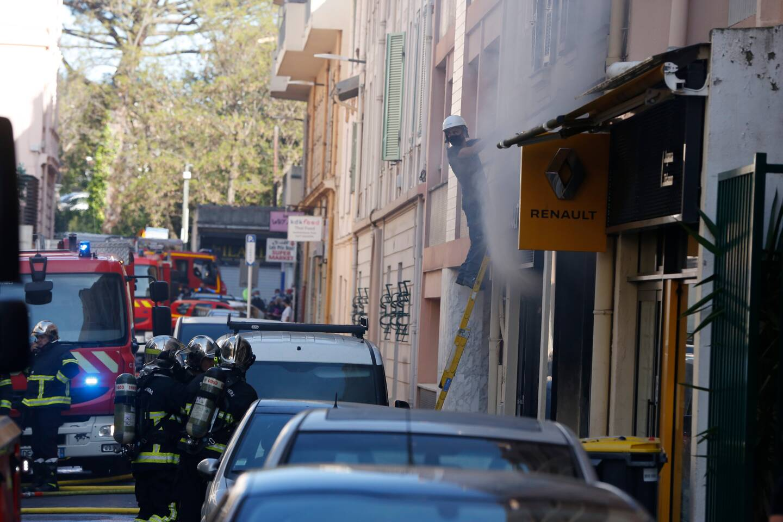 Les pompiers sont à nouveau intervenus dimanche sur les lieux de l'incendie de mercredi à Juan-les-Pins. (Photo Dylan Meiffret)