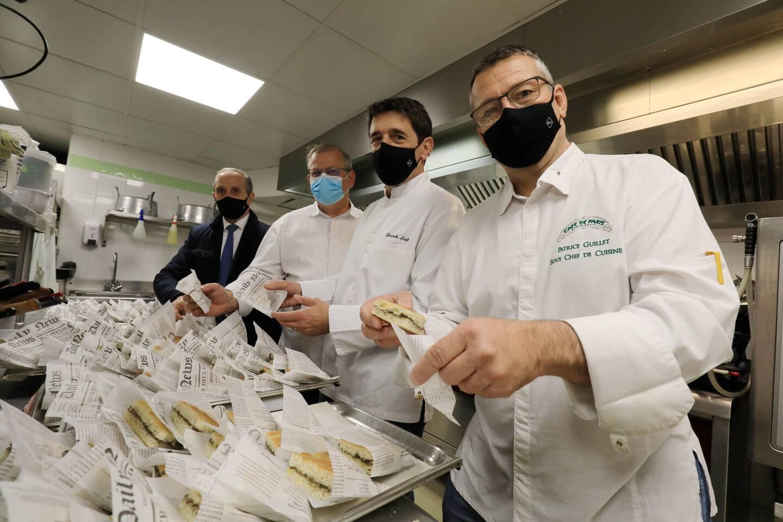 Les trois chefs qui ont cuisiné, hier, étaient présents pour distribuer leurs panier-repas au Fourneau économique de Nice.