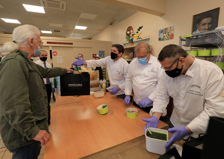 Chaque jour, les chefs sont présents pour distribuer leurs plats et échanger avec les personnes qui viennent récupérer leur panier à l'association niçoise.
