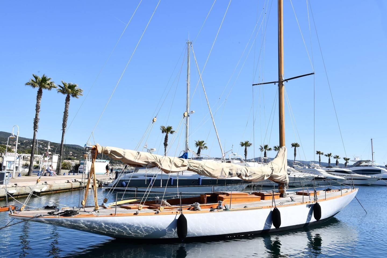Théâtre du meurtre au centre du film de René Clément, le voilierrebaptisé, son nom de cinéma, est arrivé cette semaine dans le port de Cavalaire.