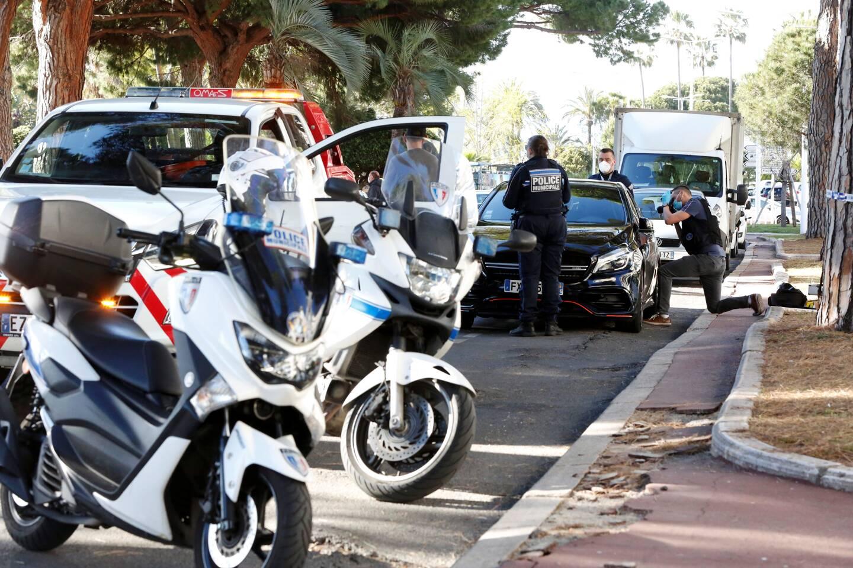Après une course folle et dangereuse, la Mercedes a été stoppée sur la Croisette, et ses occupants ont été interpellés par les policiers.