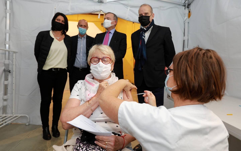 200 personnes âgées et isolées ont rendez-vous ce week-end pour une première injection. Ce samedi matin, les élus Valettois et le préfet sont venus visiter le centre de vaccination éphémère. (photo Laurent Martinat)