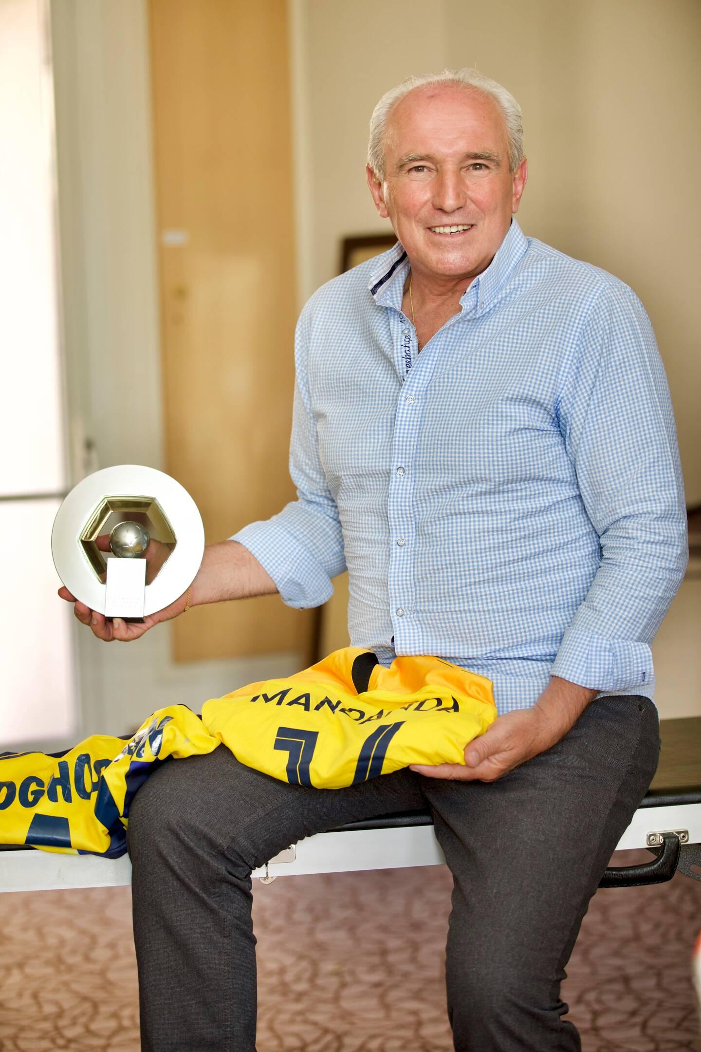 Le Raphaëlois d'adoption, Jean-Georges Cellier, ancien kinésithérapeute de l'OM, avec le trophée de champion de France.