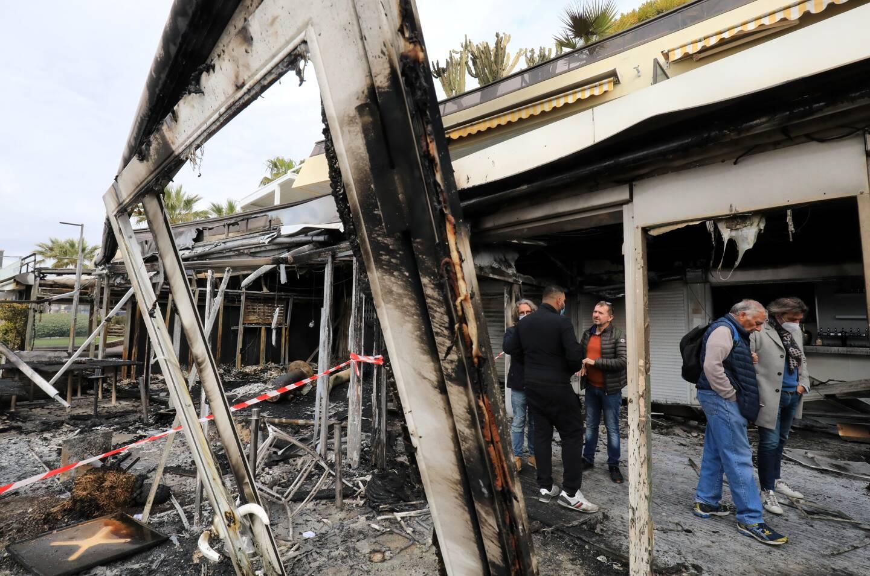 Le feu a apparemment démarré sur la terrasse du Dylano, qu'il a ravagé avant de s'étendre aux établissements voisins.