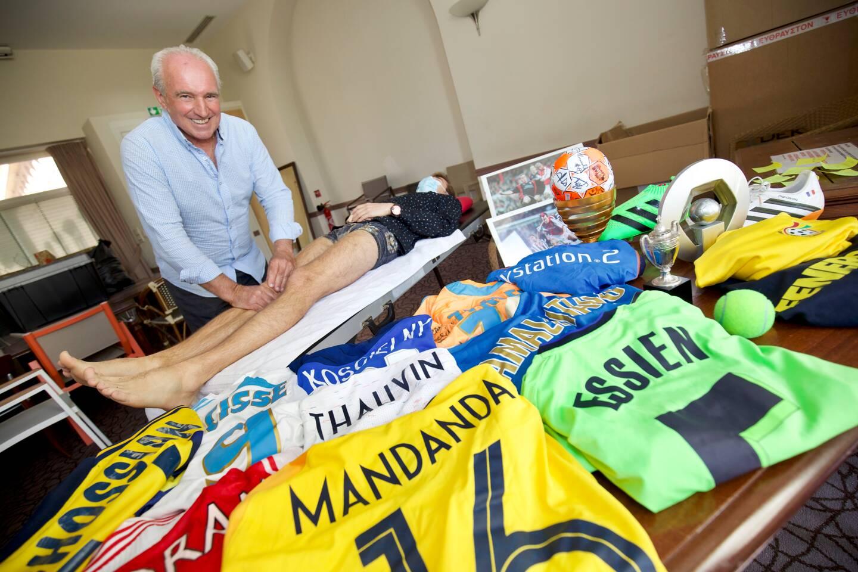 Le Raphaëlois d'adoption, Jean-Georges Cellier, ancien kinésithérapeute de l'OM, avec des maillots de joueurs soignés.