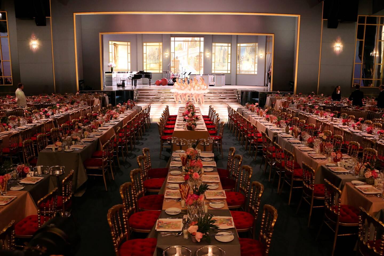 Dans un décor spectaculaire chaque année à la Salle des Étoiles, le Bal de la Rose permet de lever des fonds pour la Fondation Princesse Grace.