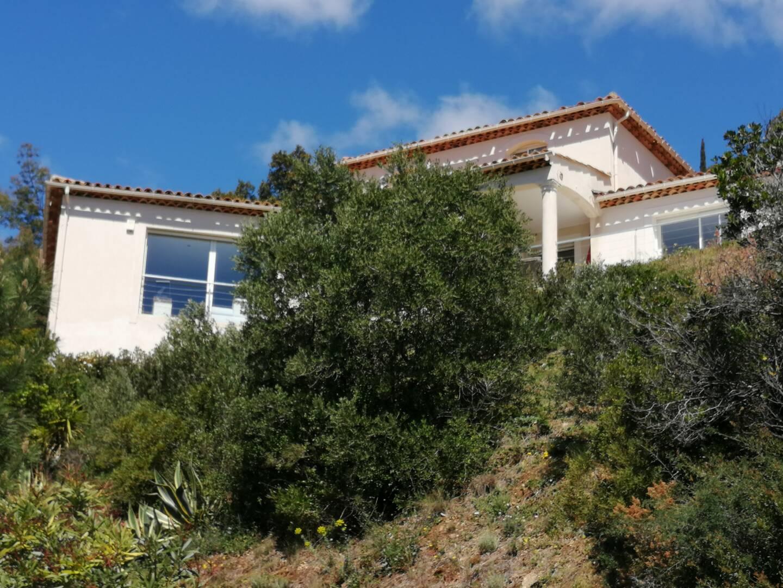 Installée sur les hauteurs de Cavalaire avec une vue exceptionnelle, cette maison est au cœur d'un parcours d'obstacles judiciaires depuis trois ans.
