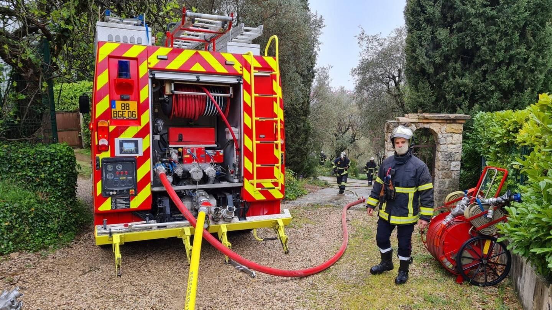 Les sapeurs pompiers sont intervenus, ce lundi midi, pour circonscrire l'incendie.