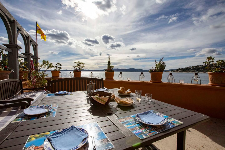 De nombreuses terrasses avec vue sur la Méditerranée sont présentes.