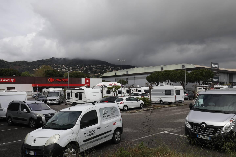 Installation de gens du voyage sur le parking Carrefour Market Mandelieu Installation de gens du voyage sur le parking Carrefour Market Mandelieu