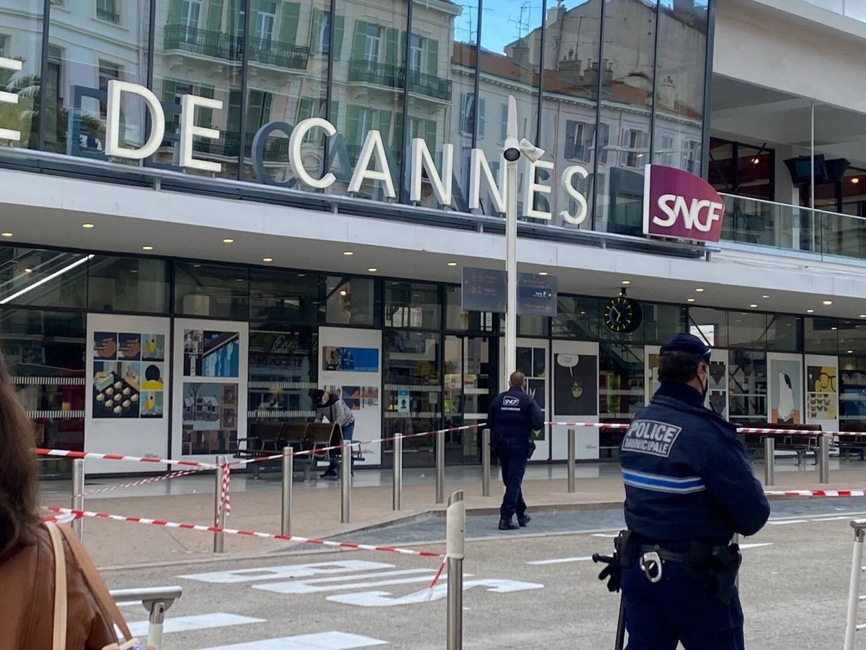 La police a établi un périmètre de sécurité sur le parvis de la gare SNCF