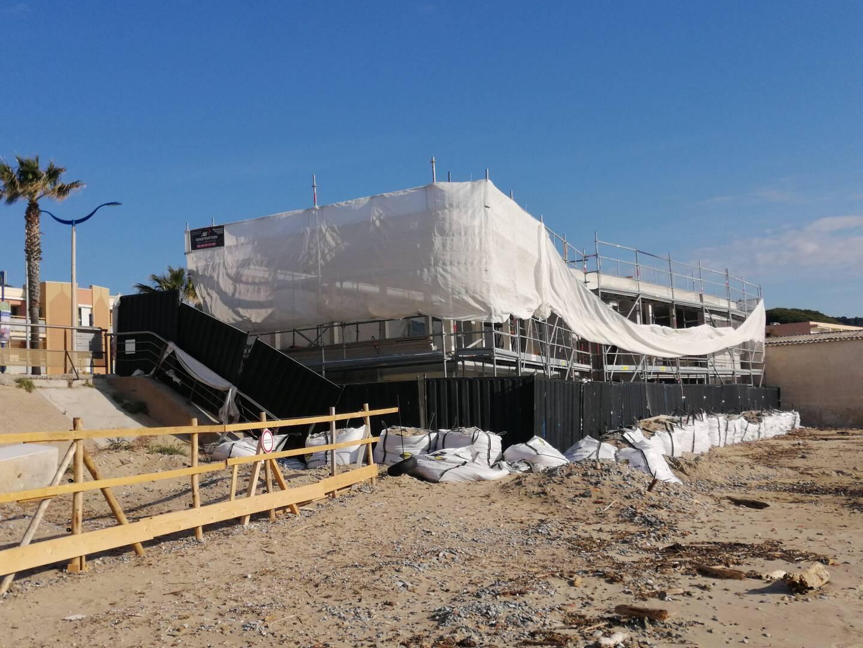 Un huissier avait constaté le 18 février que les travaux effectués au restaurant de plage Les Flots Bleus n'étaient pas conformes à l'arrêté de permis de construire délivré en octobre 2017.