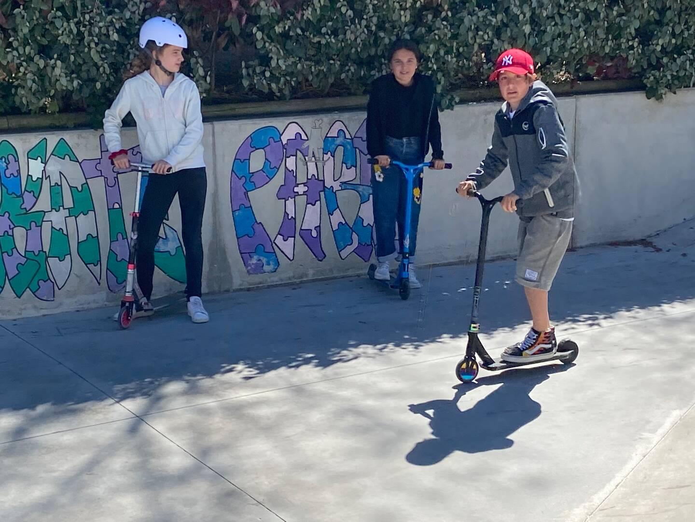 Sur leurs trottinettes et leurs skates, les enfants passent de très bons moments sur le parc dédié.