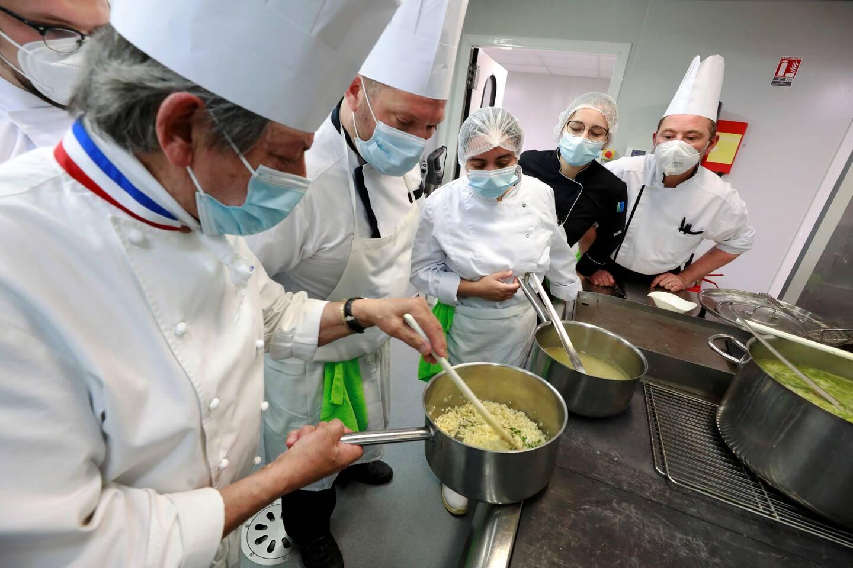 Studieux, les cuisiniers planchent sur le risotto.
