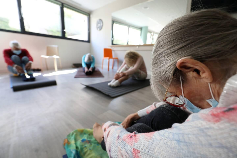 Les octogénaires assistent  à toutes les séance de yoga,  le vendredi à 15h,  dans la salle de leur résidence Domitys.