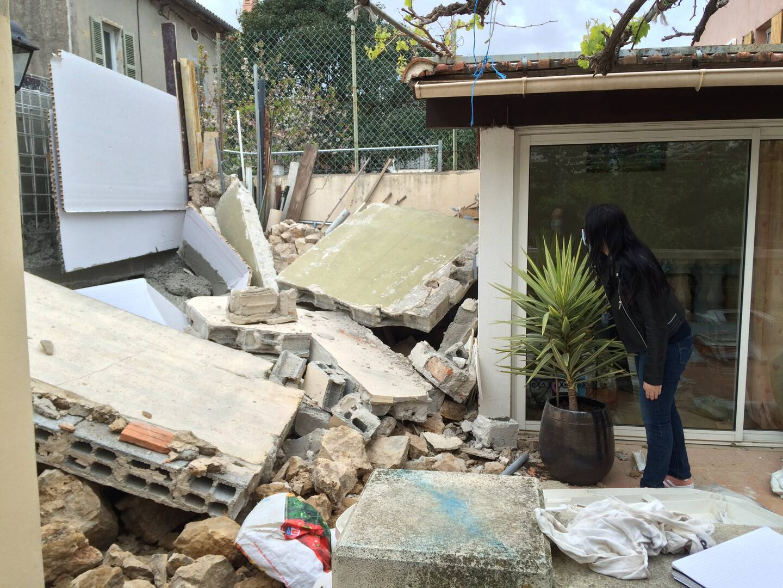 La terrasse a été submergée par les pierres et parpaings.