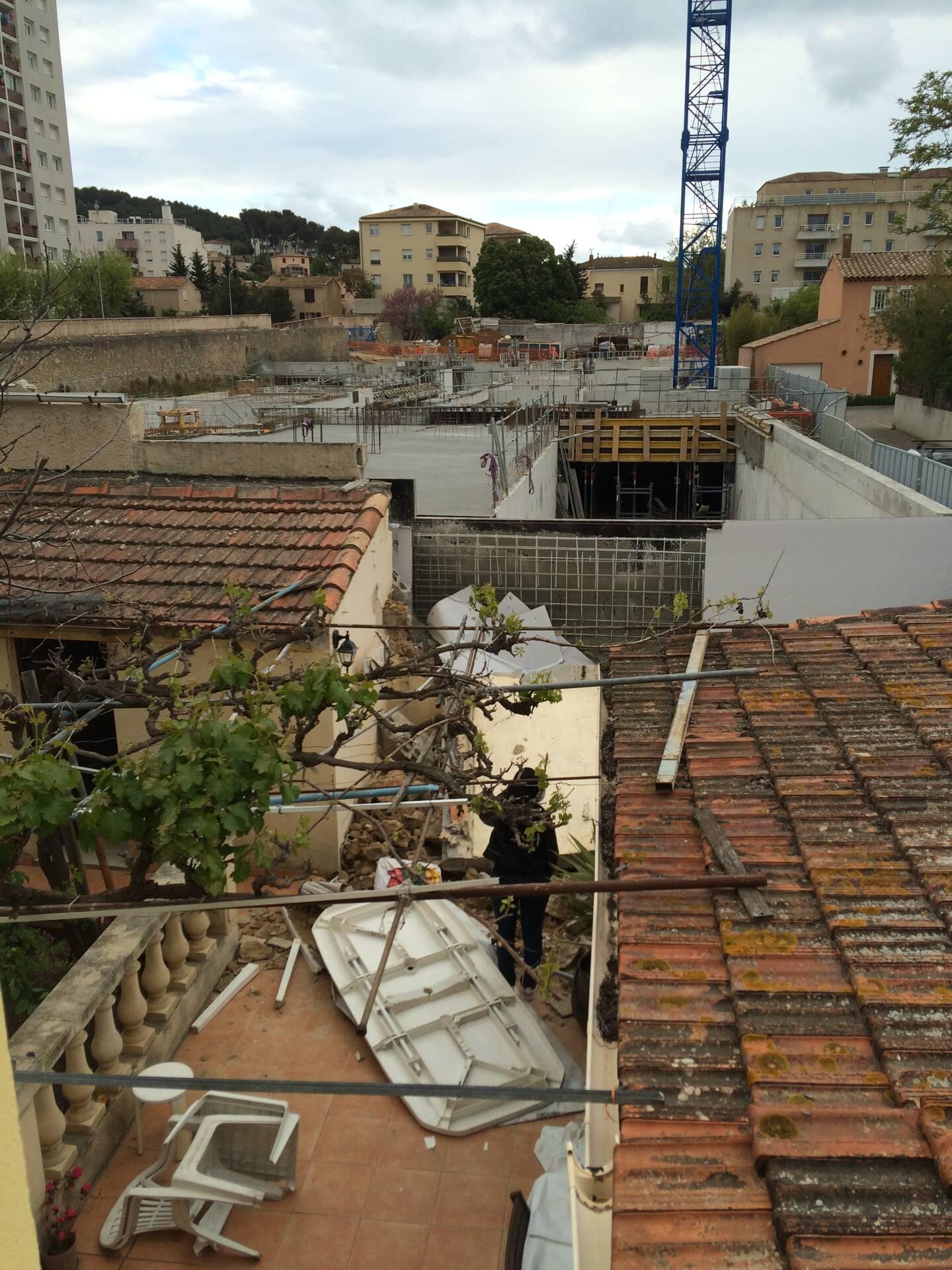 Depuis l'étage de la maison, on mesure la proximité du chantier, juste derrière le mur de séparation qui a cédé.