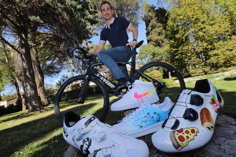 Vincent Carbonnet customise des chaussures pour les cyclistes.