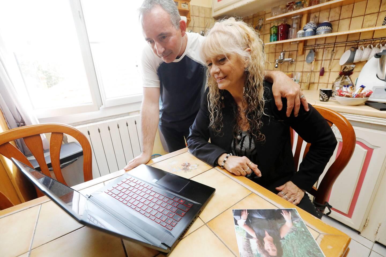 Sweety et son mari Thierry se repassent le film de cette histoire heureuse, qui a permis à cette Seynoise, de retrouver sa demi-sœur Corinne, que l'on aperçoit sur la photo déposée sur la table.