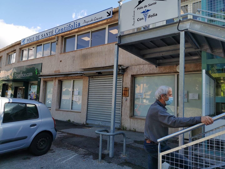 Le pôle de santé Cantifolia, au 69 avenue de La Libération, est équipé d'un parking et d'un ascenseur.