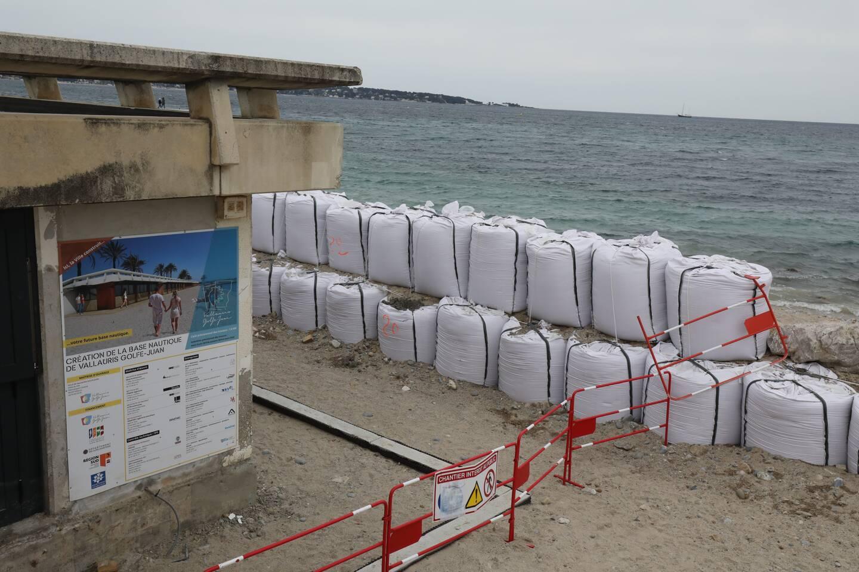 Une barrière de sacs de sable a été installée pour protéger le bâtiment qui doit abriter la nouvelle base nautique.