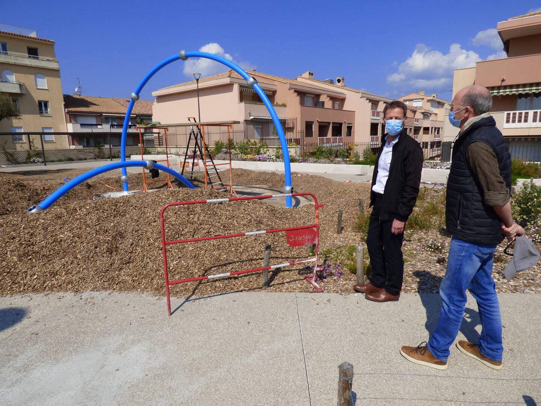 Gérard Pellerin et Thierry Gobino sont venus superviser le montage de la structure qui aura à son pied un paillage spécifique, différent de celui utilisé pour les végétaux.