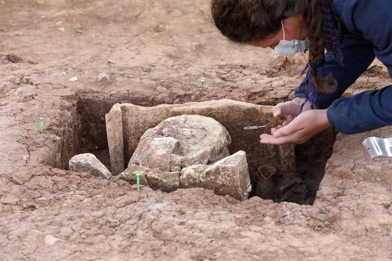 Les vestiges découverts sont abîmés. Mais deux urnes funéraires bien conservées ont été découvertes parmi les huit concessions. Elles seront analysées en laboratoire.