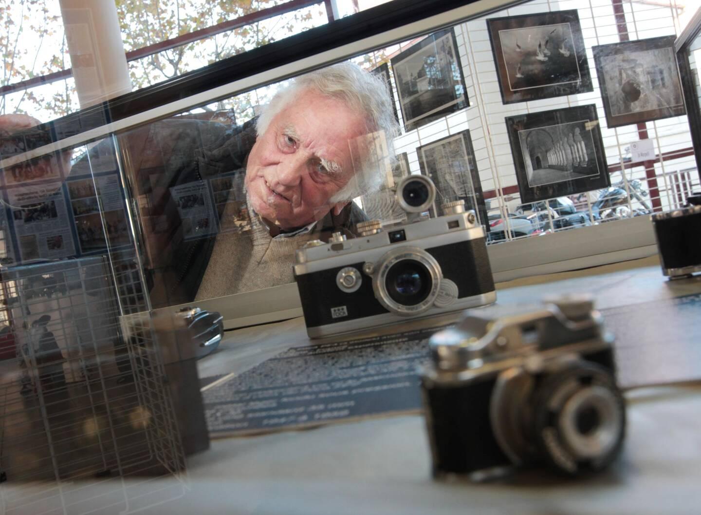 Pierre Nicolini, ici au centre culturel de Saint-Raphaël, lors de l'une des nombreuses expositions qu'il a orchestrées.