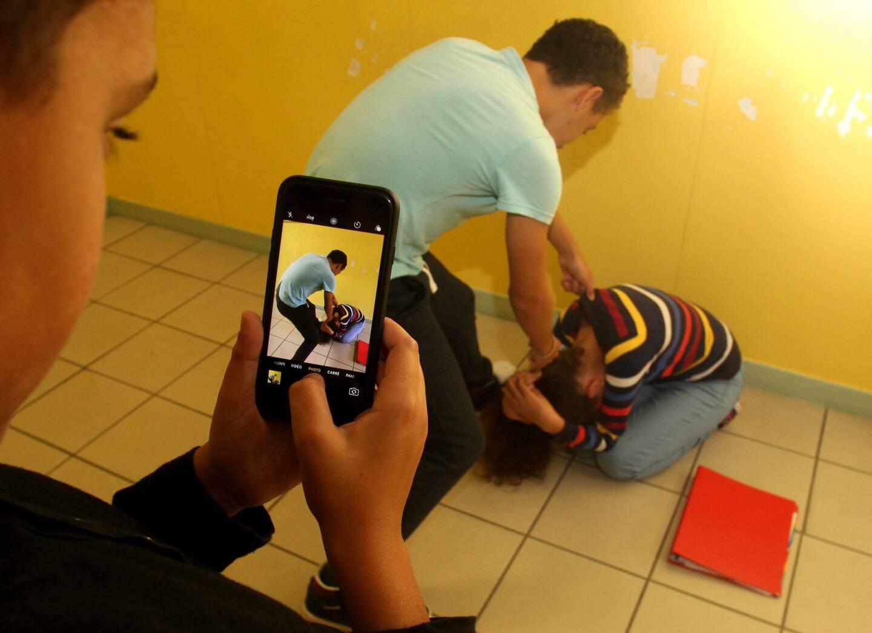 Deux adolescents sont soupçonnés d'avoir menacé et frappé un autre élève à Nice.