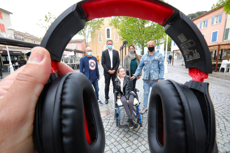 Pour aider la petite Juliette, le DJ Mathieu Paga va mixer sur Internet avec le soutien de sa maman et de la mairie (représentée par Eric Galiano, conseiller municipal délégué au handicap et le maire Hervé Stassinos). (photo Luc Boutria)