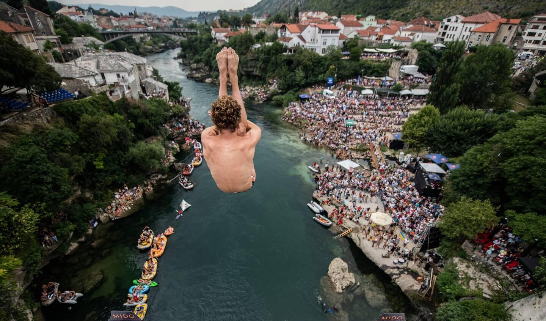 Les plongeurs (ici à Mostar, en Bosnie, en 2019) s'élanceront de 27mètres de haut.