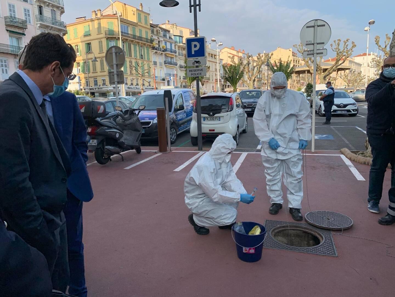Dans chacun des huit quartiers de Cannes, comme ici à côté de la mairie, un prélèvement hebdomadaire est effectué afin de tracer la présence du virus.