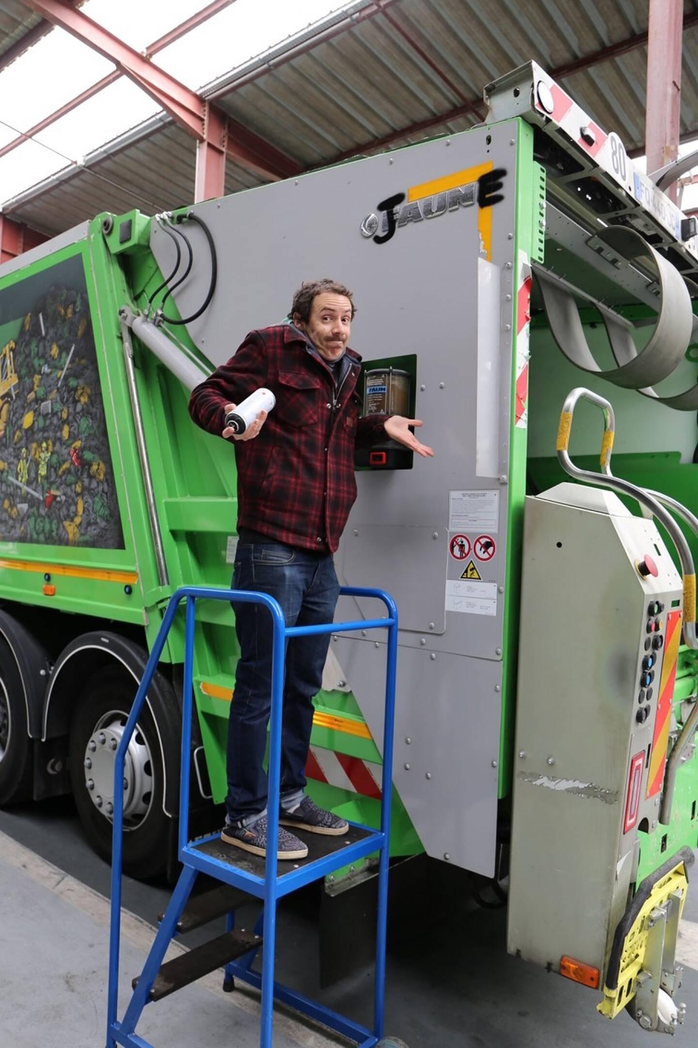Les artistes d'art urbain s'expriment comme ici Jaune sur un camion de poubelles