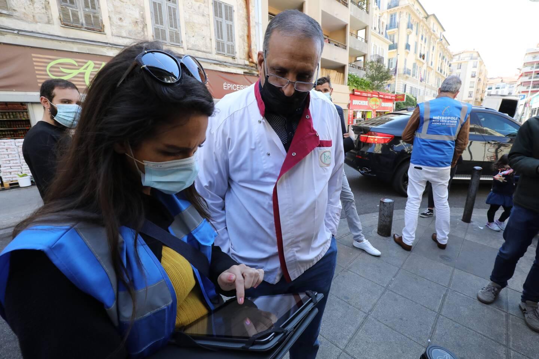 Des équipes d'agents de la Métropole sollicitent passants et commerçants pour les inscrire à la vaccination.