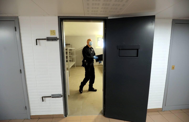 Pour compenser les conditions difficiles de détention, une partie de la journée, les cellules restent ouvertes et les détenus peuvent circuler dans les coursives.