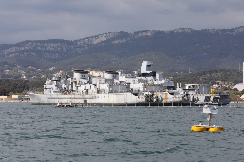 Définitivement retirées du service depuis quelques années, les frégates Montcalm, Jean de Vienne et Cassard sont stockées aux confins ouest de la base navale de Toulon, dans l'attente de leur déconstruction.