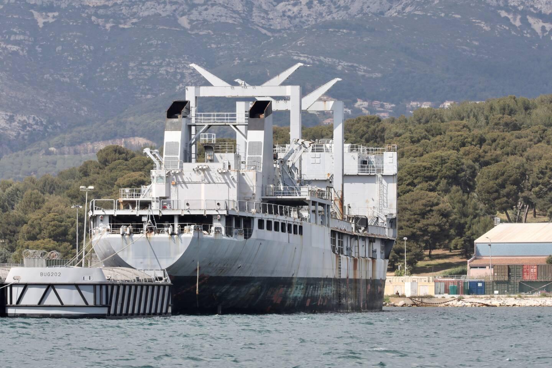 Promis à la déconstruction, l'ex pétrolier-ravitailleur Meuse est pour l'heure utilisé comme protection ou écran lorsque le porte-avions Charles-de-Gaulle est à quai.