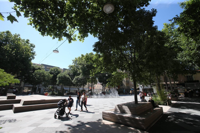 """La place De-Gaulle """"plus vivante que jamais"""" pour le maire. """"Pas assez animée"""" pour l'association de commerçants Grand centre."""