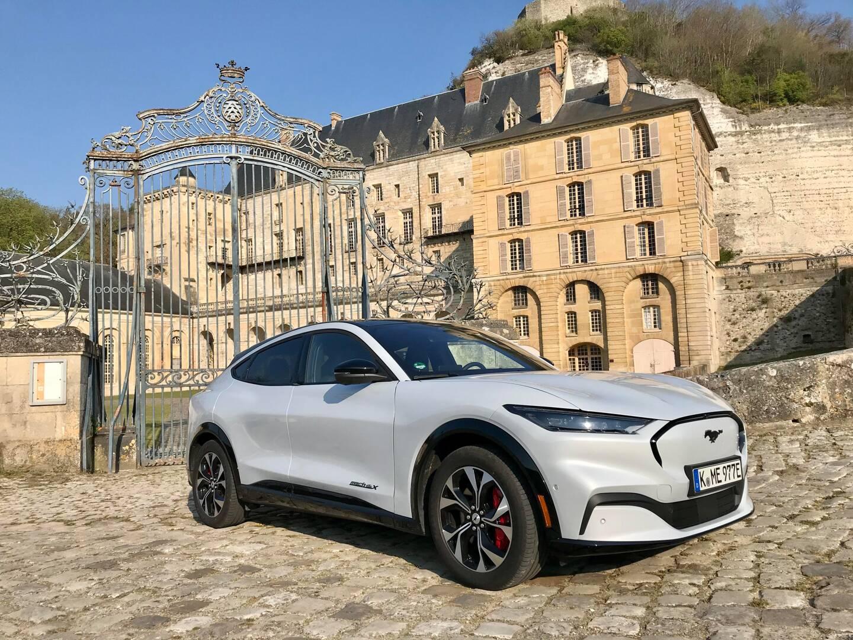 Look résolument sportif pour cette Mustang 100% électrique qui prend la pose devant le château de La Roche-Guyon (Val-d'Oise).