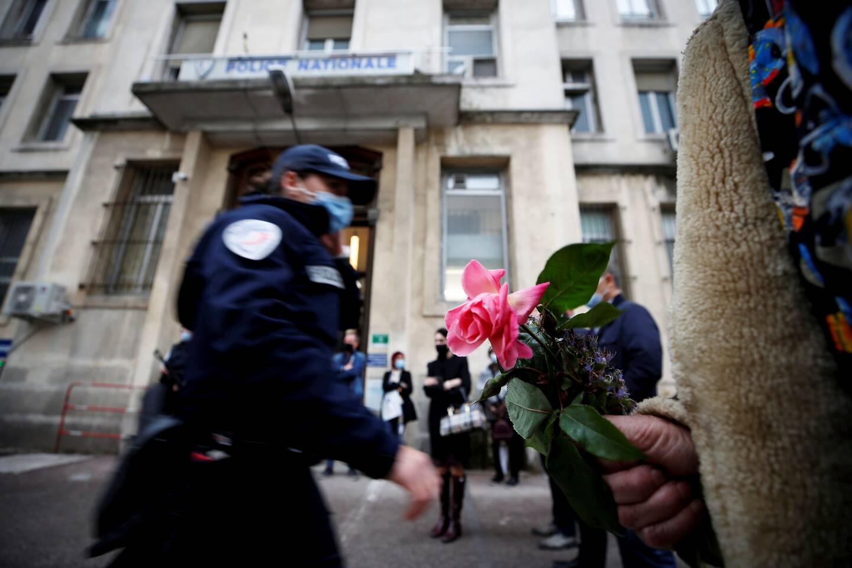 Hommage à la victime de l'attaque terroriste dans lse Yvelines, hier, devant le commissariat central de Nice.