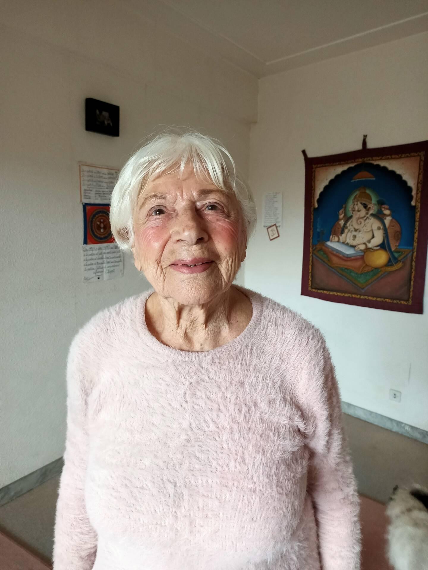 À bientôt 100 ans, Jacquie Bouisset continue d'enseigner le yoga.