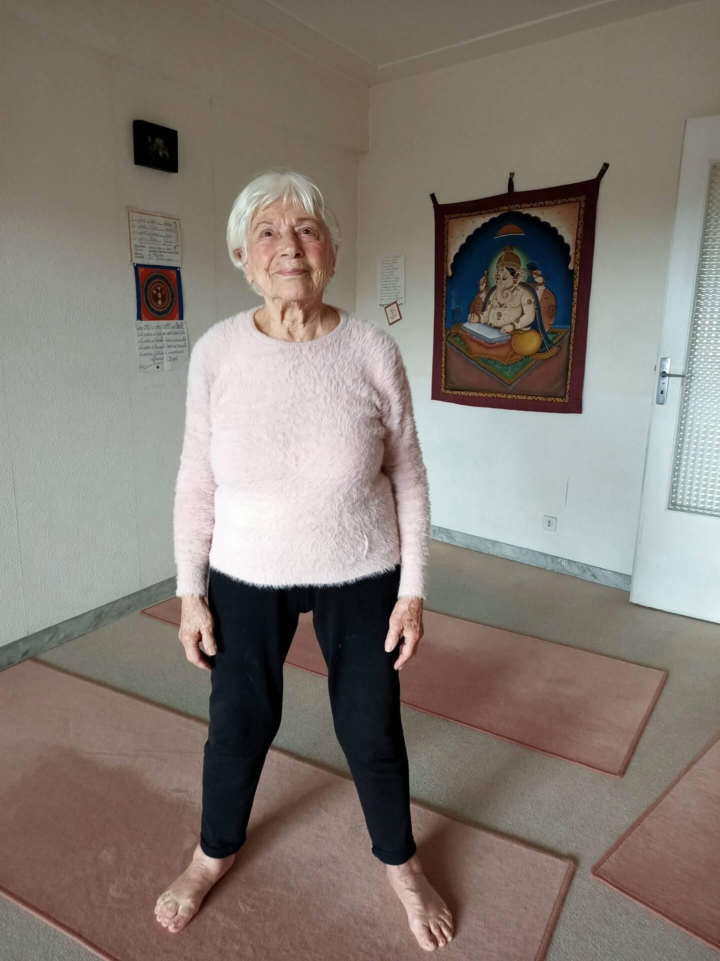 Pratiquante depuis 60 ans, Jacquie enseigne aussi le yoga à presque 100 ans. Une énergie débordante et une clarté d'esprit qu'elle dit devoir à cette discipline ancestrale qui allie corps et esprit.